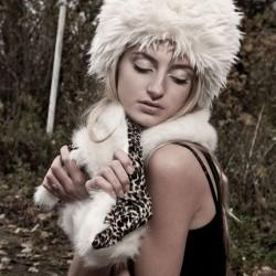 Chapka écrue en fausse fourrure à poils longs