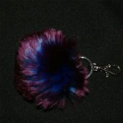 Porte-clés pompon en fausse fourrure violette et reflets bleus