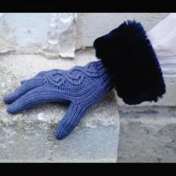 Gants gris bleuté bordés de fausse fourrure bleu nuit