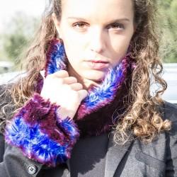 Tour de cou en fausse fourrure bleu et violet