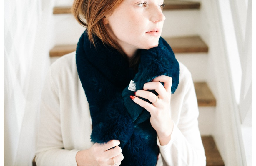 The faux fur wrap: between warmth and elegance: