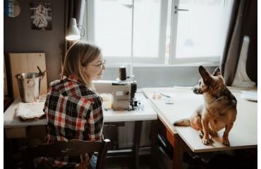 Aline, créatrice de vêtements et accessoires en fausse fourrure.